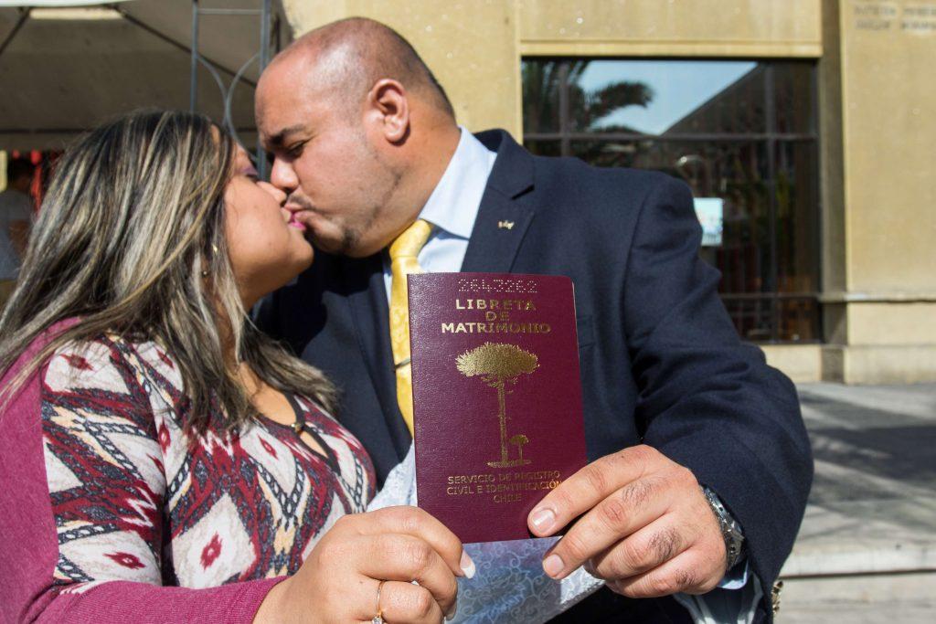 Pareja muestra libreta de matrimonio luego de haberse casado. Foto: Matías Quilodrán.
