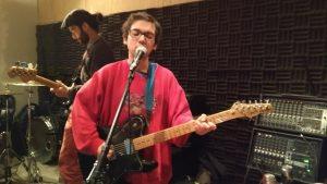 ENSAYO. Tras pasar toda su vida en La Florida, el vocalista de la banda se fue hace poco a Santiago Centro, donde están casi todas las tocatas.